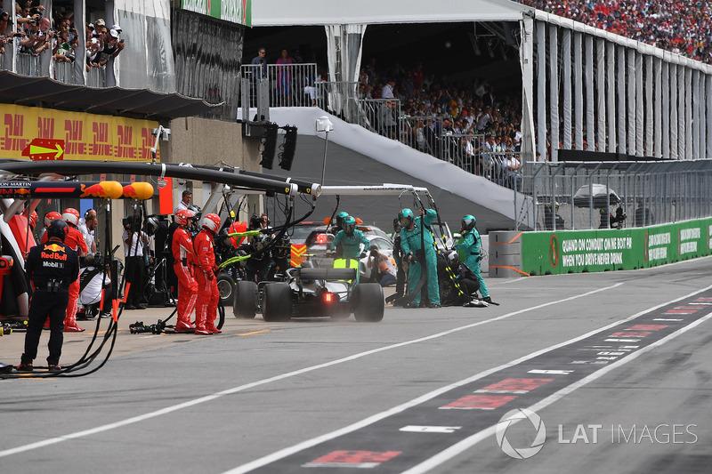 Valtteri Bottas, Mercedes-AMG F1 W09, pit stop