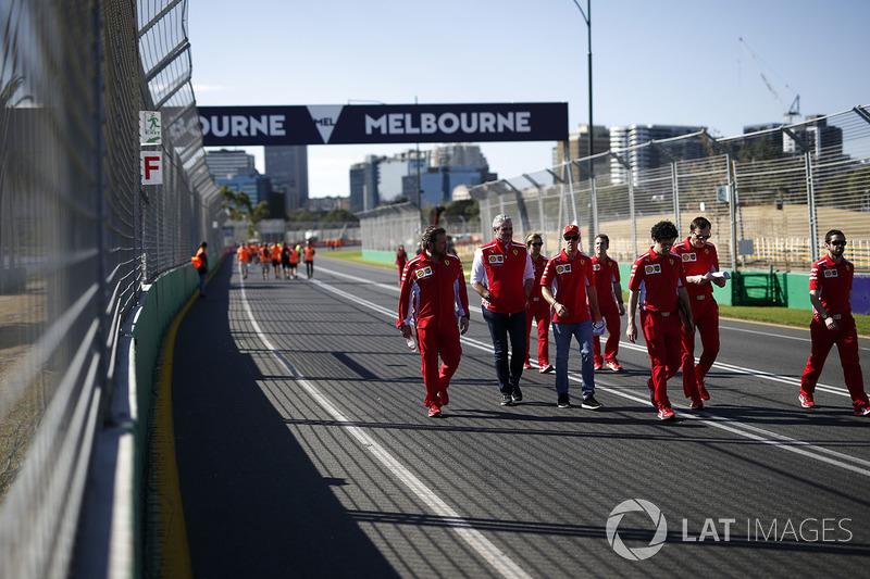 Sebastian Vettel, Ferrari e Maurizio Arrivabene, Team Principal Ferrari, camminano lungo il circuito