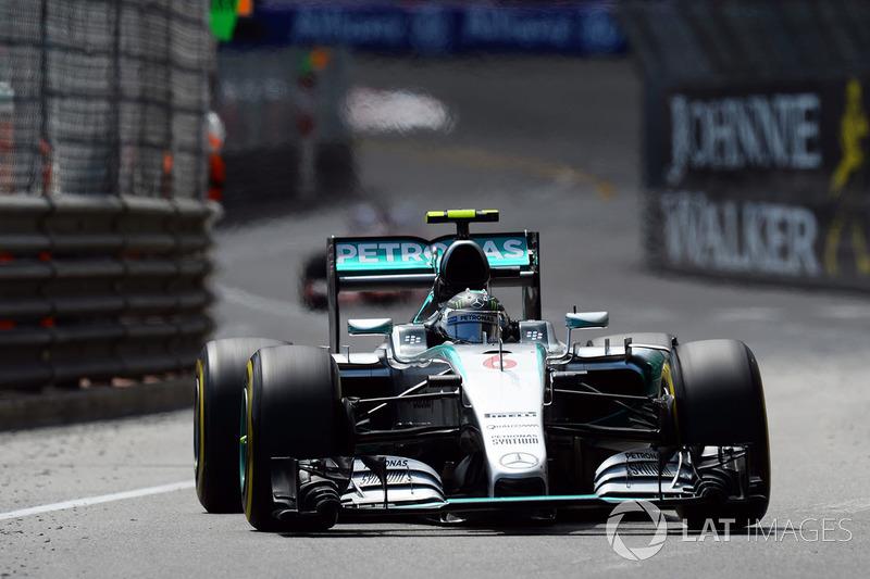 2015, no seco, a corrida teve um pouco menos de disputas, e Hamilton foi pego no contrapé com um erro: fez um pitstop no fim, retornou em terceiro e, mesmo com pneus mais novos, não conseguiu superar Vettel e Rosberg.