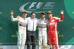 Podium: tweede plaats Nico Rosberg, Mercedes AMG F1, Peter Bonnington,  Mercedes AMG F1 race engineer, racewinnaar Lewis Hamilton,  Mercedes AMG F1, derde plaats Sebastian Vettel, Ferrari