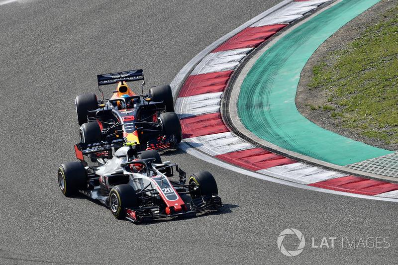 Romain Grosjean, Haas F1 Team VF-18 et Daniel Ricciardo, Red Bull Racing RB14