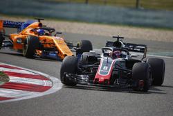 Ромен Грожан, Haas F1 Team VF-18, и Фернандо Алонсо, McLaren MCL33