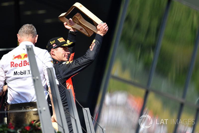 Il vincitore della gara Max Verstappen, Red Bull Racing, festeggia sul podio con il trofeo