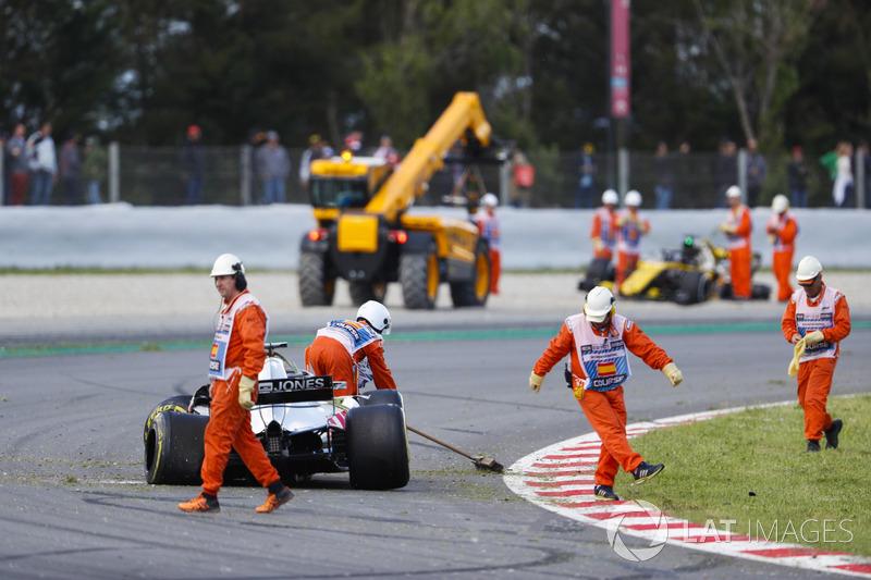 Les commissaires nettoient la piste après l'accident impliquant Pierre Gasly, Toro Rosso STR13, Romain Grosjean, Haas F1 Team VF-18 et Nico Hulkenberg, Renault Sport F1 Team R.S. 18