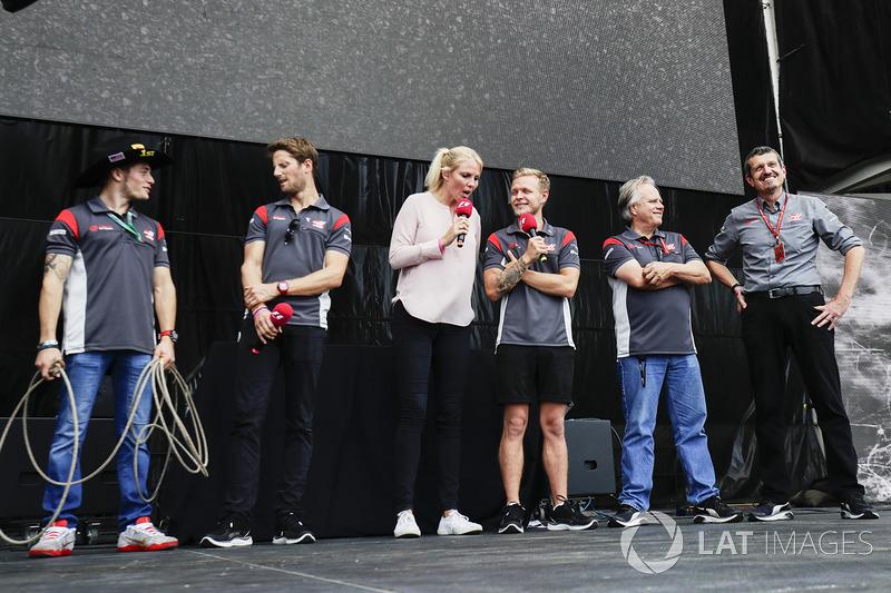 Santino Ferrucci, Haas F1 Team, Romain Grosjean, Haas F1 Team, Kevin Magnussen, Haas F1 Team, Gene Haas, Proprietario del Team, Haas F1 Team, Guenther Steiner, Team Principal, Haas F1 Team,  sul palco