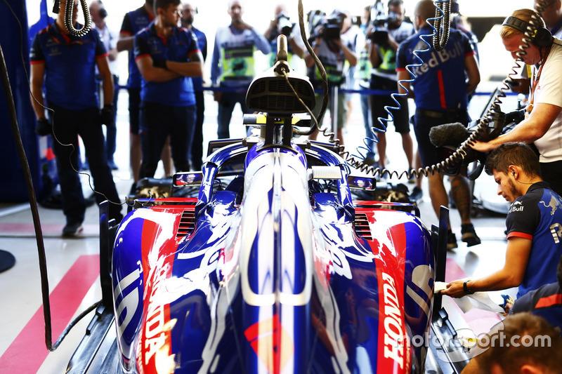 Инженеры Scuderia Toro Rosso работают с автомобилем STR13 Пьера Гасли