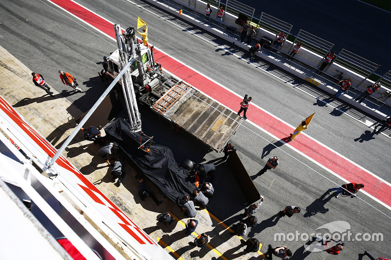 El McLaren MCL32 de Fernando Alonso vuelve al pitlane en un camión