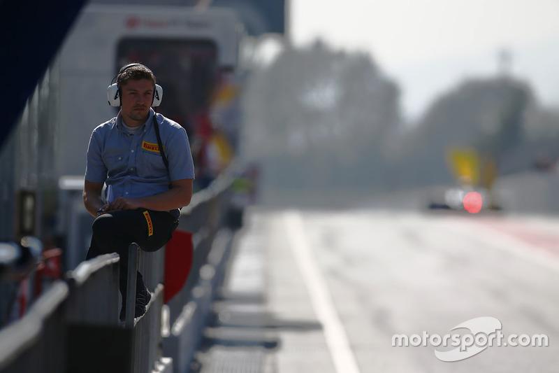 Сотрудник Pirelli на пит-лейне