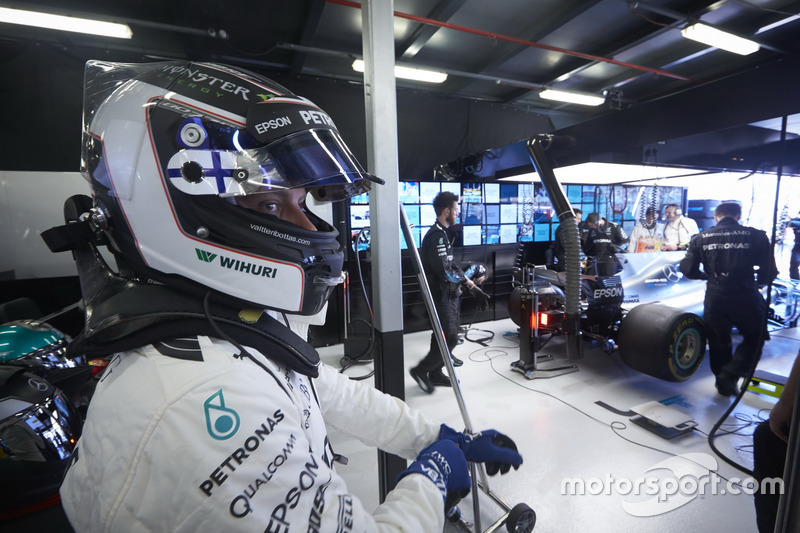 Valtteri Bottas, Mercedes AMG, in the garage