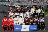 Групповое фото гонщиков