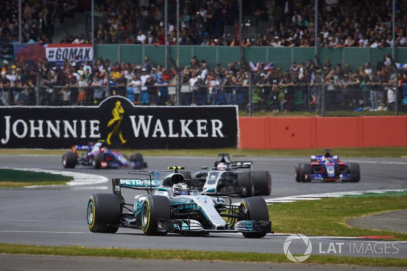 Valtteri Bottas, Mercedes AMG F1 W08, leadsRomain Grosjean, Haas F1 Team VF-17, Carlos Sainz Jr., Scuderia Toro Rosso STR12, Daniil Kvyat, Scuderia Toro Rosso STR12