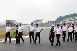 Гонщики Toyota Gazoo Racing Майк Конвей, Камуи Кобаяши и Хосе Мария Лопес
