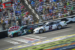 Jamie McMurray, Chip Ganassi Racing Chevrolet, Brad Keselowski, Team Penske Ford