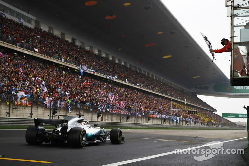Lewis Hamilton, Mercedes AMG, passe sous le drapeau à damier