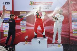Trofeo Pirelli podium: ganador, Peter Ludwig, segundo Martin Fuentes, tercero, Cooper MacNeil