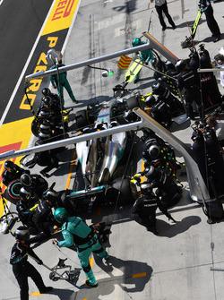 Lewis Hamilton, Mercedes-Benz F1 W08 Hybrid pit stop