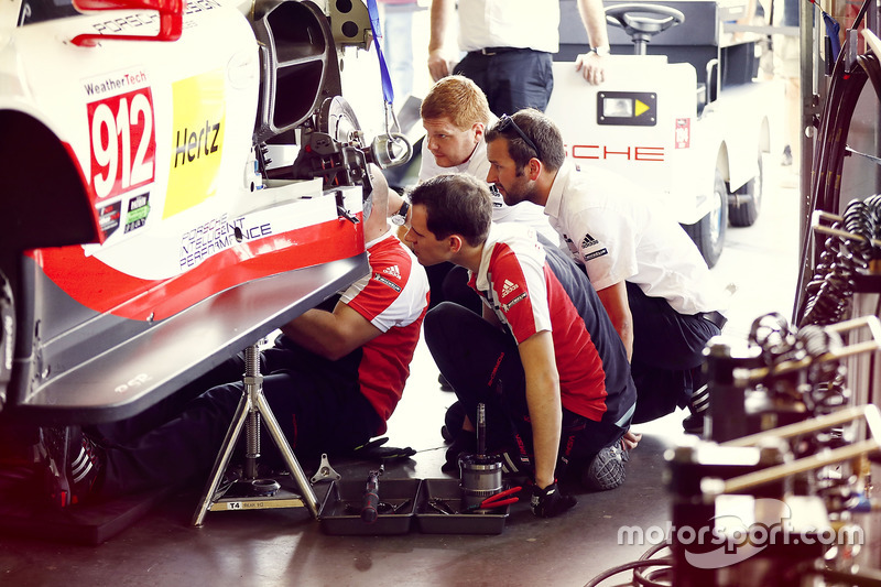 Mécanicos trabajando #912 Porsche Team North America Porsche 911 RSR: Kevin Estre, Laurens Vanthoor, Richard Lietz