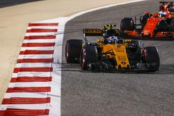 Джолион Палмер, Renault Sport F1 RS17, и Фернандо Алонсо, McLaren MCL32
