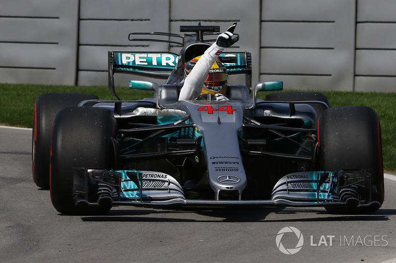 Контролируя всю гонку, Льюис Хэмилтон без проблем финиширует на первом месте. Валттери Боттас заканчивает гонку на втором месте.