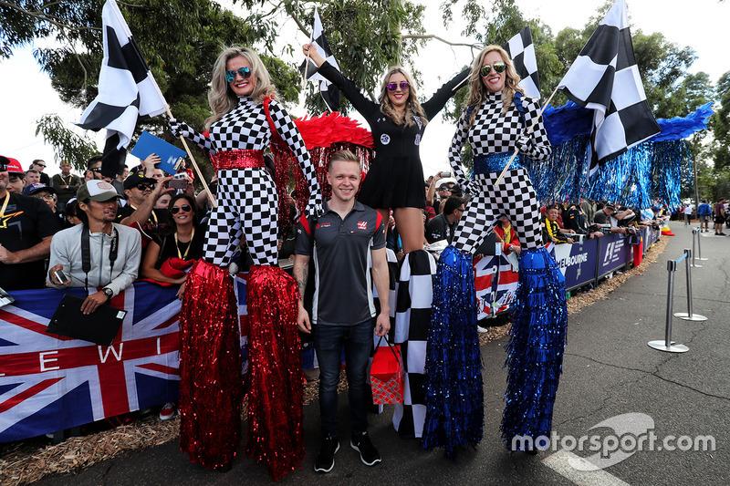 Kevin Magnussen, Haas F1 Team con chicas en zancos