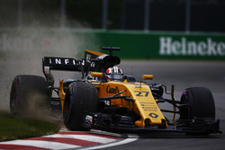 Nico Hulkenberg, Renault Sport F1 Team RS17, throws up dust while cutting a corner