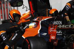 Fernando Alonso, McLaren MCL32, pitstop