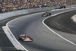 Niki Lauda, Ferrari 312B3; Ronnie Peterson, Lotus 72E Ford