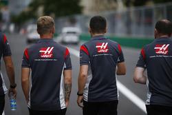 Kevin Magnussen, Haas F1 Team VF-17 camina por el circuito con el equipo