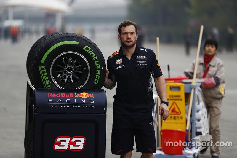 Red-Bull-Mechaniker mit Pirelli-Refen