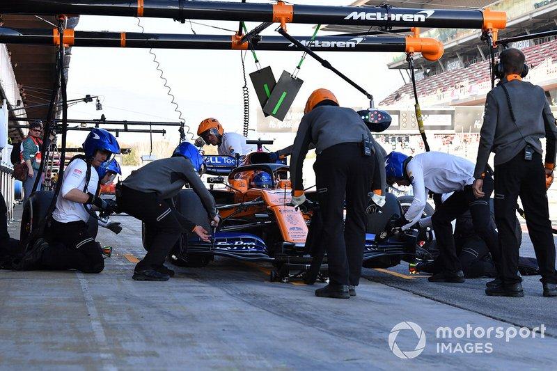 Carlos Sainz Jr., McLaren MCL34, hace un pit stop