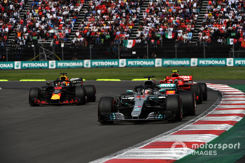 Льюіс Хемілтон, Mercedes-AMG F1 W09 lпопереду Кімі Райкконена, Ferrari SF71H та Даніеля Ріккардо, Red Bull Racing RB14