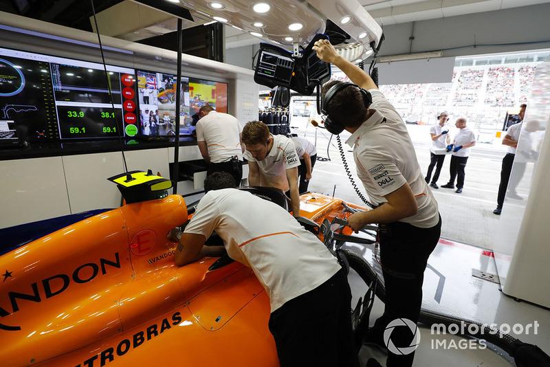 Suasana garasi McLaren