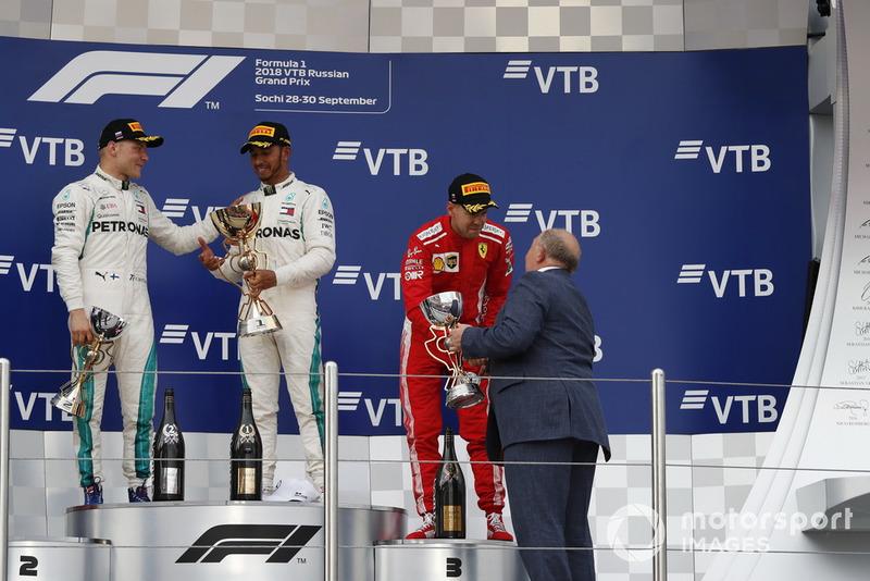 Sebastian Vettel, Ferrari, riceve il trofeo del terzo classificato da Viktor Kiryanov, Presidente della Federazione automobilistica russa, sul podio
