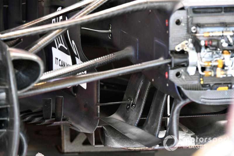 Vue détaillée d'une suspension avant et d'éléments aéro de Red Bull Racing RB14