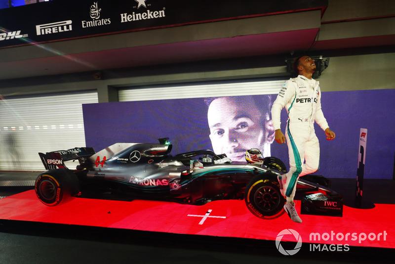 Lewis Hamilton, Mercedes AMG F1 W09 EQ Power+, salta giù dalla sua monoposto mentre festeggia nel parco chiuso, dopo aver vinto la gara