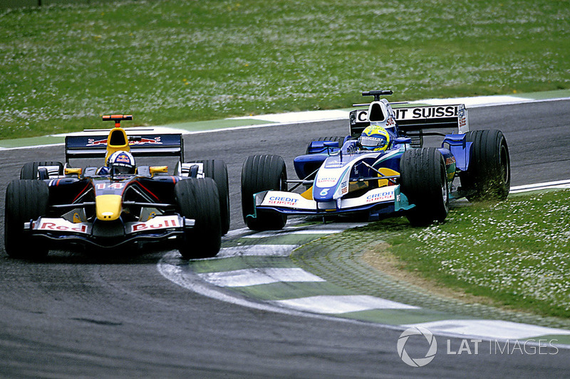 Felipe Massa, Sauber Petronas C24 trata de adelantar a David Coulthard, Red Bull Racing Cosworth RB1