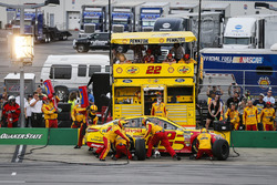 Joey Logano, Team Penske, Ford Fusion Shell Pennzoil pit stop