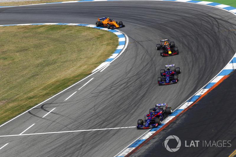 Brendon Hartley, Toro Rosso STR13, precede Pierre Gasly, Toro Rosso STR13, Daniel Ricciardo, Red Bull Racing RB14, e Stoffel Vandoorne, McLaren MCL33