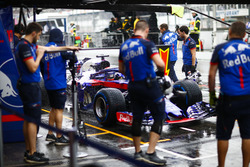 Brendon Hartley, Toro Rosso STR13 Honda, stops in his pit area. Andy Hone