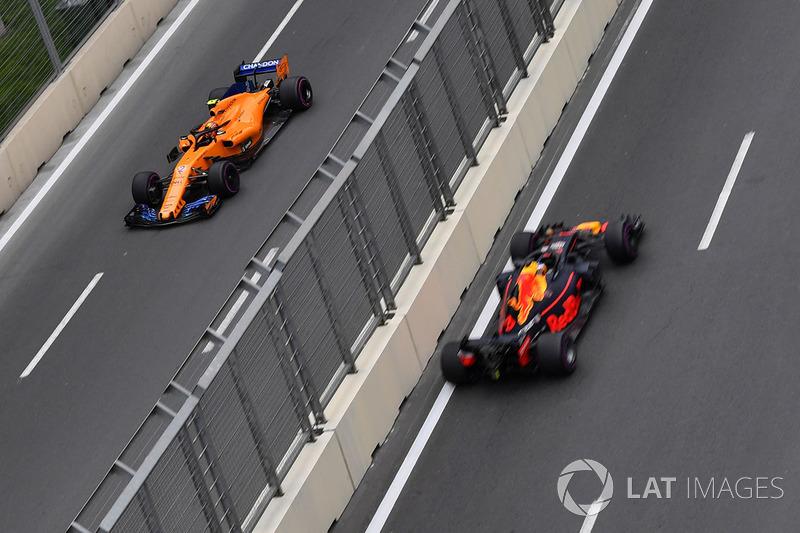 Stoffel Vandoorne, McLaren MCL33 y Daniel Ricciardo, Red Bull Racing RB14