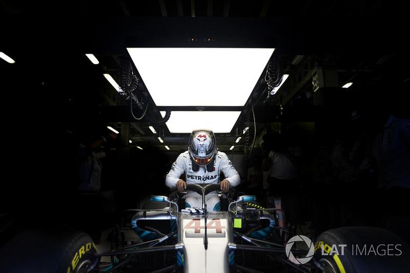Lewis Hamilton, Mercedes AMG F1, entra no carro