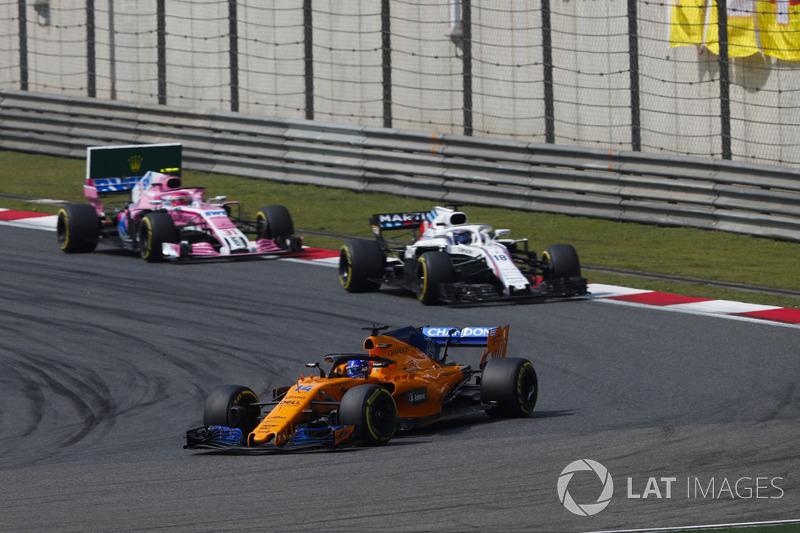 Fernando Alonso, McLaren MCL33 Renault, Lance Stroll, Williams FW41 Mercedes, y Esteban Ocon, Force India VJM11 Mercedes