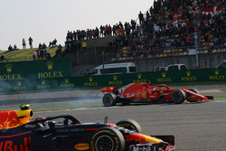 Max Verstappen, Red Bull Racing RB14 en Sebastian Vettel, Ferrari SF71H clashen