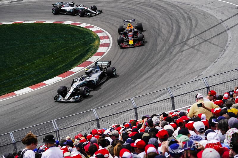 Valtteri Bottas, Mercedes AMG F1 W09, precede Max Verstappen, Red Bull Racing RB14, e Lewis Hamilton, Mercedes AMG F1 W09