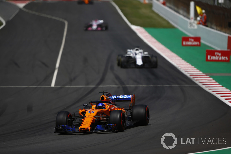 Фернандо Алонсо, McLaren MCL33, и Лэнс Стролл, Williams FW41