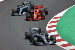 Lewis Hamilton, Mercedes AMG F1 W09, Sebastian Vettel, Ferrari SF71H, Valtteri Bottas, Mercedes AMG F1 W09, on the opening lap