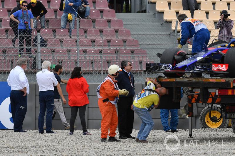Charlie Whiting, directeur de course, observe le lieu de l'accident de Brendon Hartley, Scuderia Toro Rosso STR13