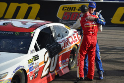 Matt Kenseth, Joe Gibbs Racing Toyota celebra con Kyle Busch, Joe Gibbs Racing Toyota después de ganar