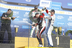 Podium: Race winner Rob Huff, All-Inkl Motorsport, Citroën C-Elysée WTCC, Tom Chilton, Sébastien Loeb Racing, Citroën C-Elysée WTCC,
