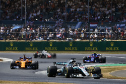 Lewis Hamilton, Mercedes AMG F1 W09, lidera a Fernando Alonso, McLaren MCL33, Pierre Gasly, Toro Rosso STR13, y Romain Grosjean, Haas F1 Team VF-18